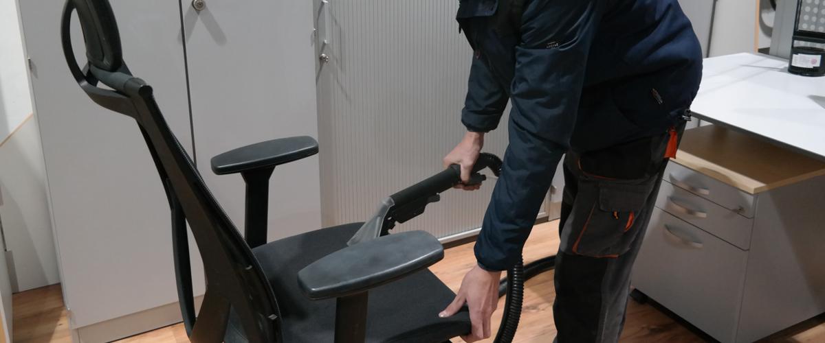 Hygienisch saubere Stühle erreichen wir mit der Sprühmittelextraktionsreinigung